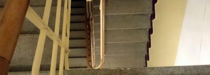 Až do pátého? Epický souboj mezi výtahem a schody.